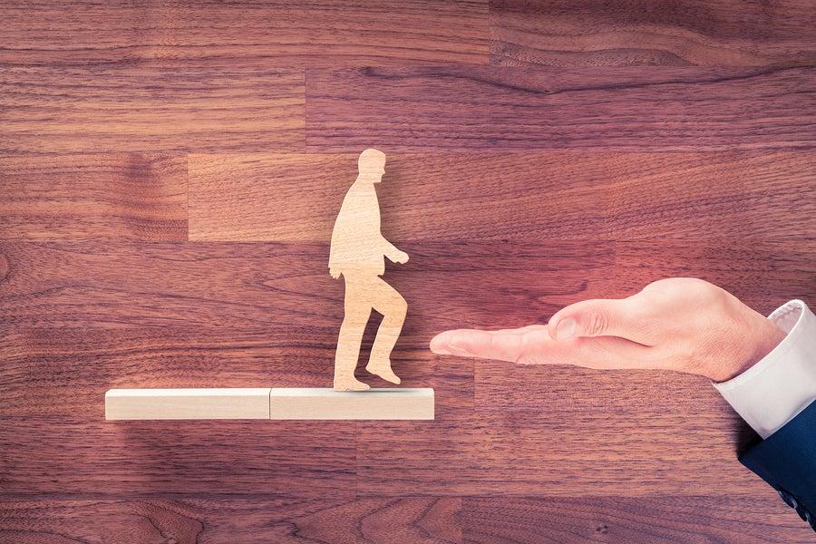 mano con persona simbolizando cómo resolver conflictos