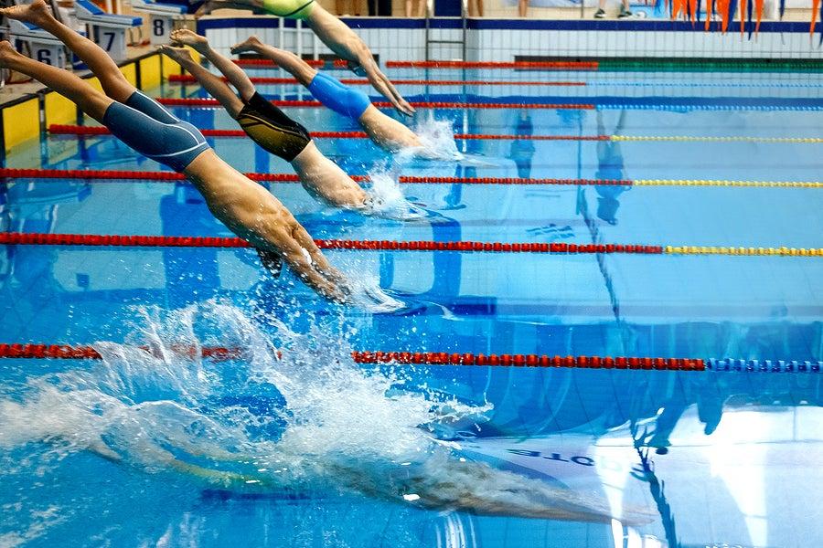 Los nadadores buscan ganar medallas y romper marcas en cada una de sus presentaciones.