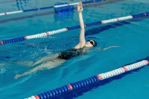 Nadando estilo a espalda.