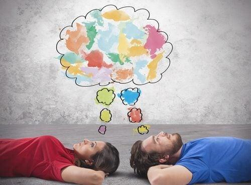 pareja teniendo ideas creativas