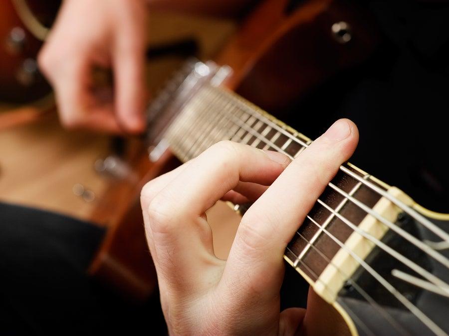 Amós Lora enseña guitarra