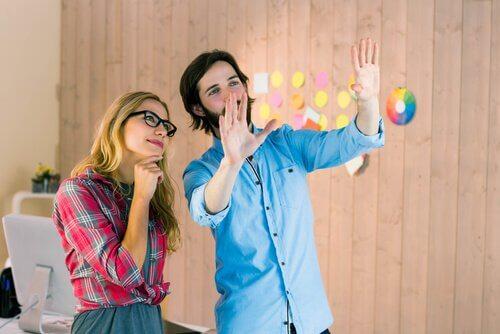pareja trabajando la creatividad