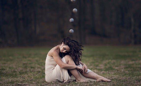 mujer con esferas