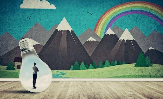 mujer en una bombilla mirando paisaje creativo
