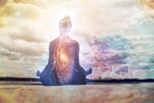 mujer meditando representando la relación mente-cuerpo-emoción