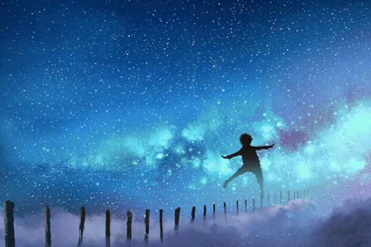 niño caminando por cielo estrellado