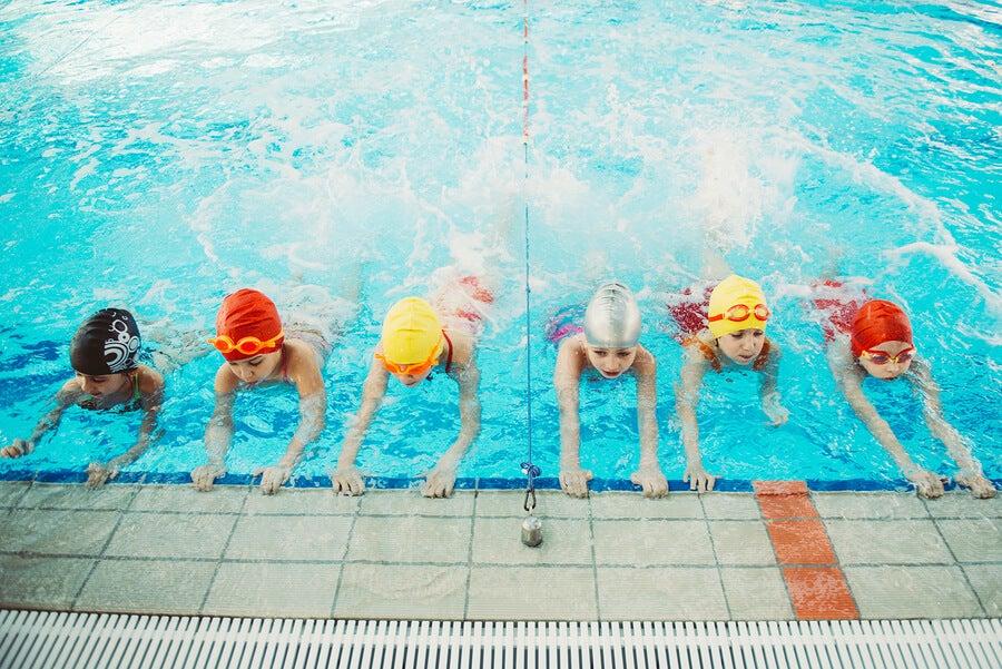 Enseñar a nadar a los niños es un proceso que toma su tiempo.