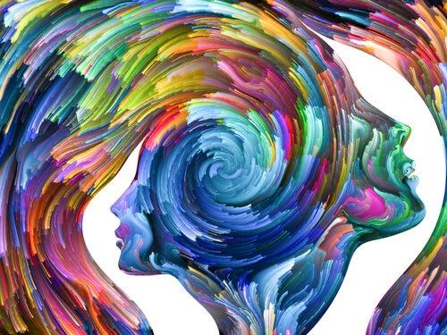 perfiles de colores simbolizando el pensamiento crítico