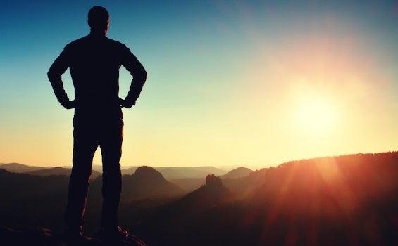 hombre en montaña trabajando la tenacidad