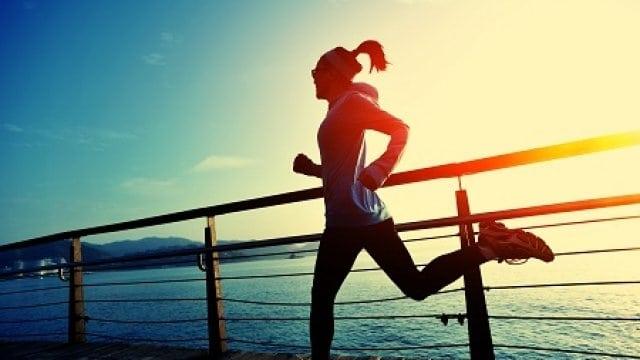 chica corriendo para simbolizar cómo el deporte potencia tu creatividad