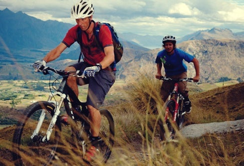 chicos en bici para simbolizar cómo el deporte potencia tu creatividad