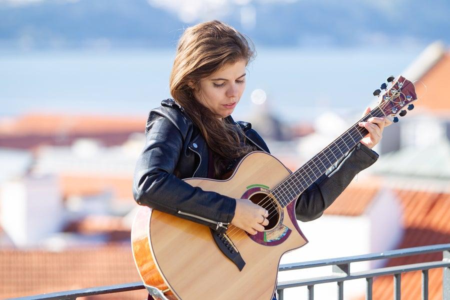 Cómo convertirse en guitarrista profesional