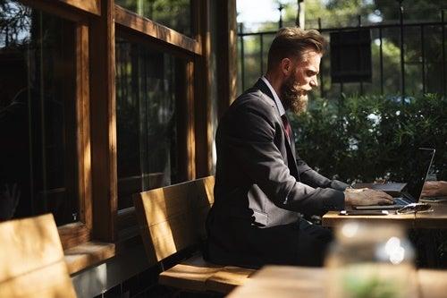 hombre trabajando en ordenador aprendiendo a ser asertivo
