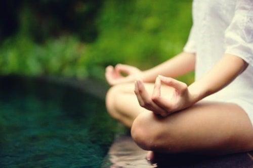 Mujer meditando para cuidar el cuerpo y la mente