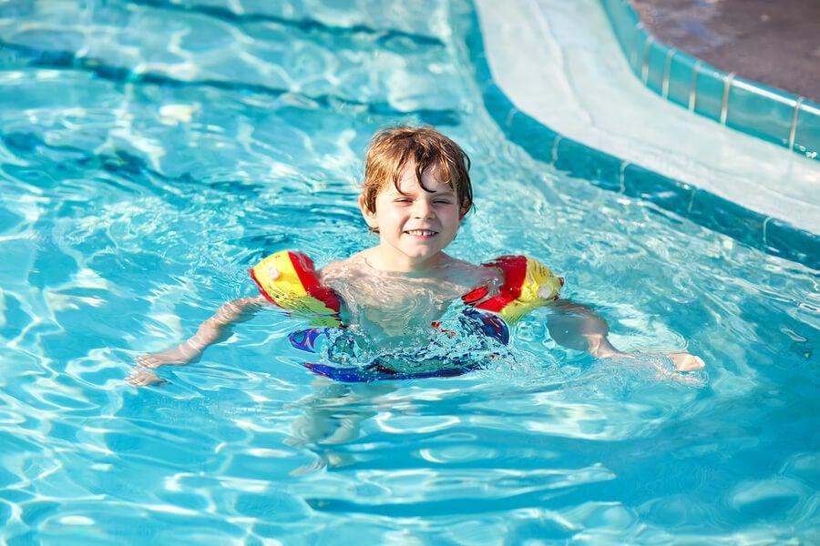 Enseñar a nadar en la niñez hace más sencillo este proceso de aprendizaje.
