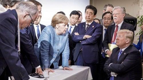 grupo de políticos evidenciando errores en su lenguaje corporal