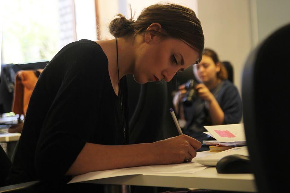Chica trabajando y aunando persistencia
