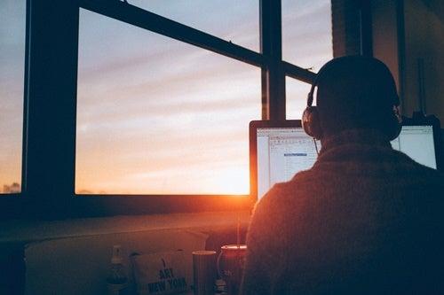 chico con su ordenador trabajando la autodisciplina
