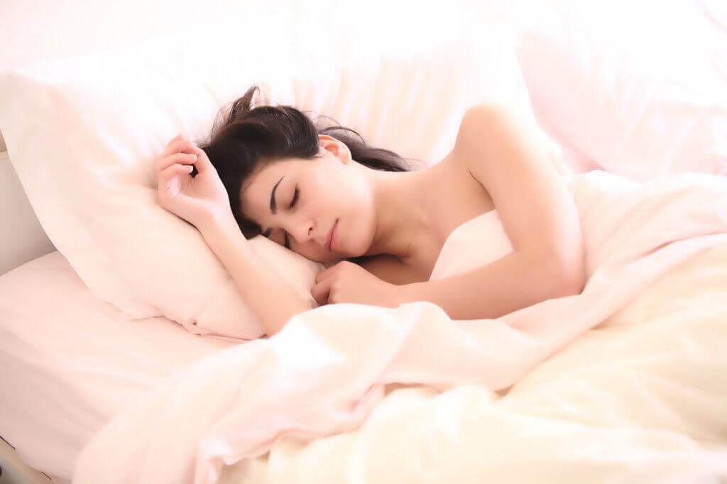 Chica durmiendo en la cama.