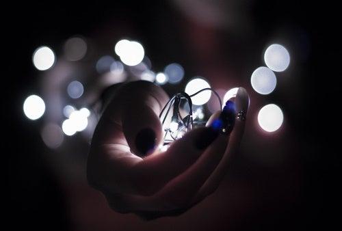 mano con luces simbolizando a las personas creativas