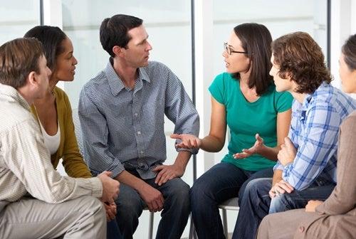 Personas manteniendo una conversación.