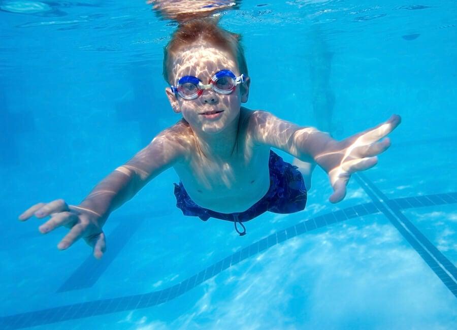 Enseñar a nadar a los niños es un proceso que consta de varias etapas.