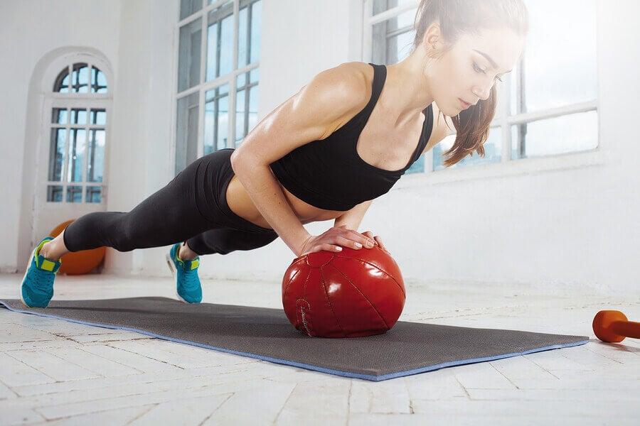 Las flexiones son uno de los ejercicios de gimnasio más recomendables y efectivos.
