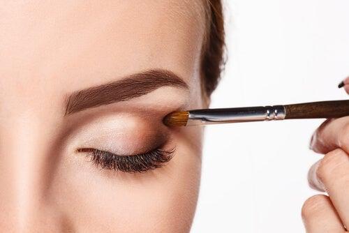 ¿Cómo maquillarse los ojos como una profesional?