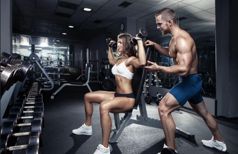 El press de hombros es uno de los ejercicios de gimnasio fundamentales para los nadadores, dado que se trata de una zona en constante exigencia en ese deporte.
