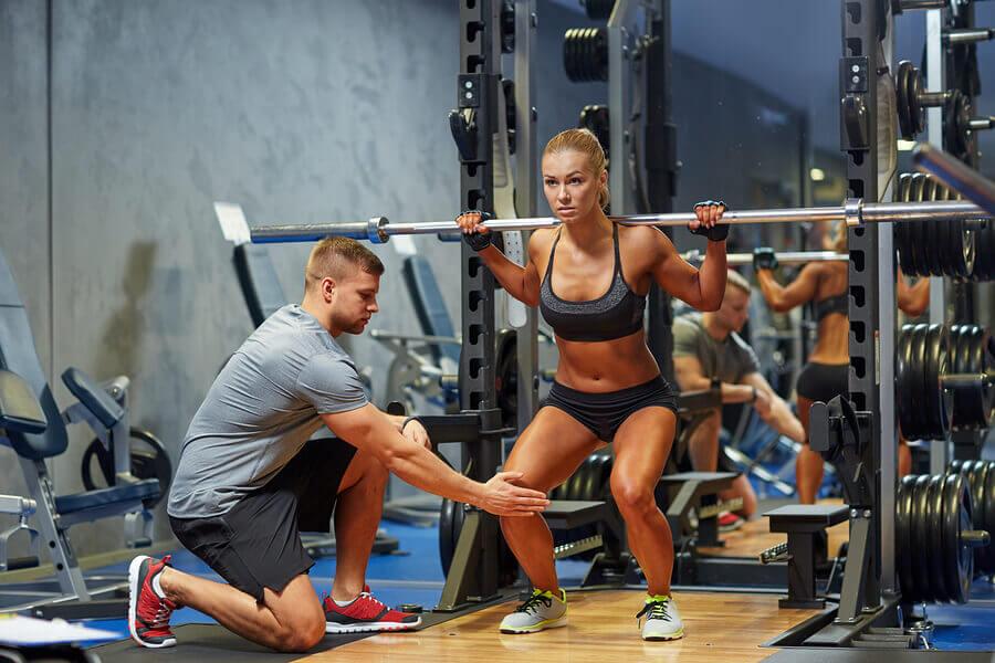 Las sentadillas permiten ejercitar casi todos los músculos más grandes de las piernas.