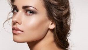 Iluminador en un maquillaje