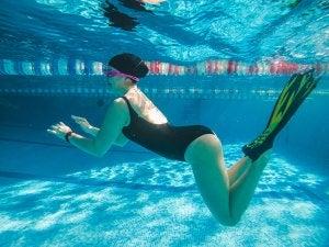 El entrenamiento de natación puede mejorarse con el uso de aletas.
