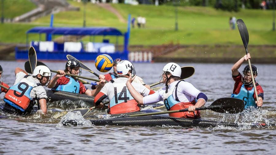 El kayak polo es una modalidad colectiva del piragüismo.