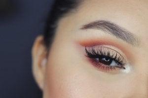 Ojos marrones con sombras marrones
