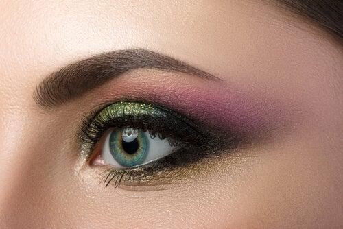 Ojos verdes con sombras verdes.