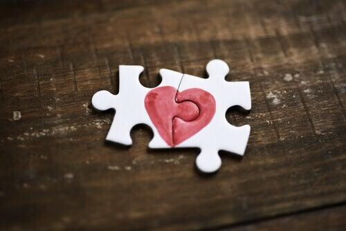 Puzzle de corazón que simboliza la autoestima.