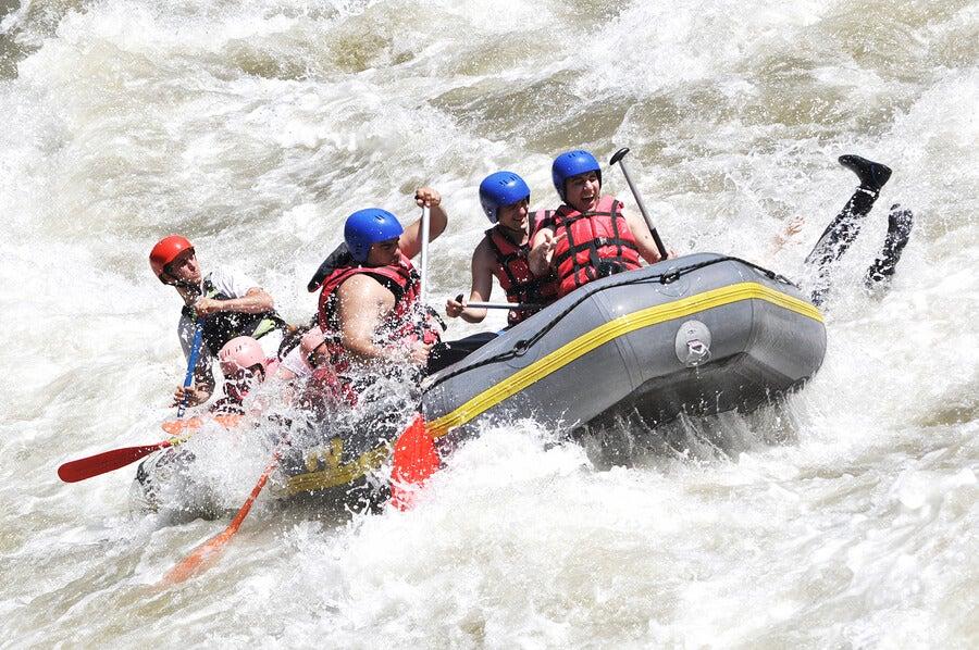 El rafting se practica sobre aguas peligrosas.