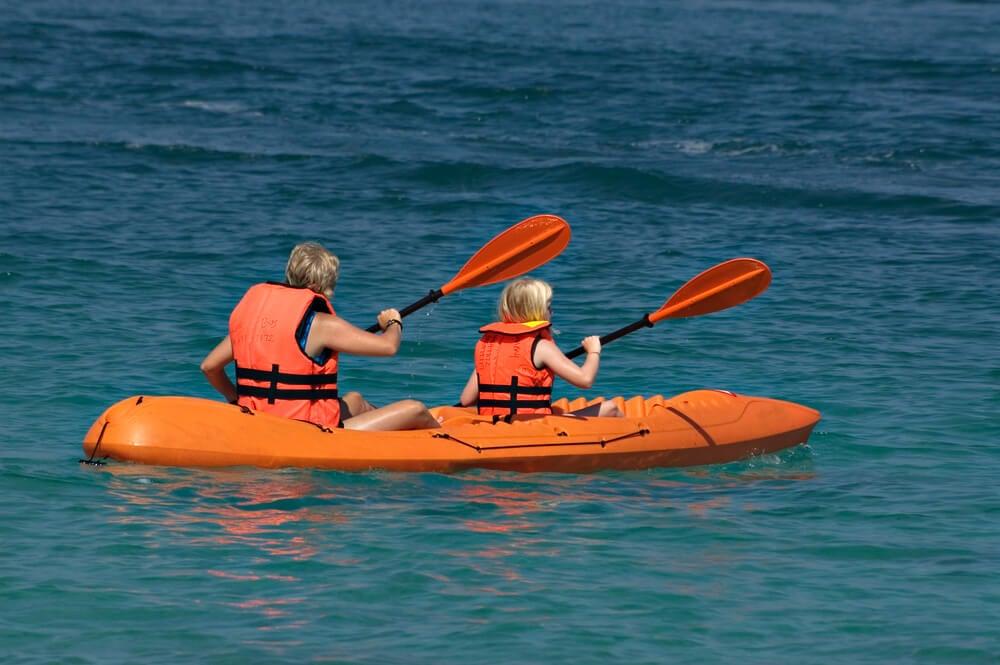 MAdre e hija practicando piragüismo