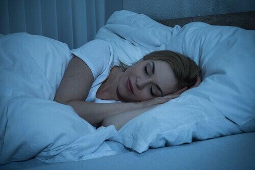Mujer dormida en la cama: la importancia del sueño para el bienestar personal.