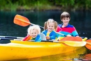 El piragüismo para niños es una actividad que ofrece muchos beneficios.