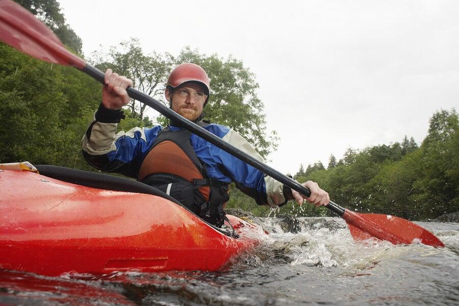 Deportista en piragua con chaleco salvavidas