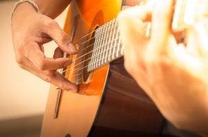 Hombre que comienza a tocar la guitarra