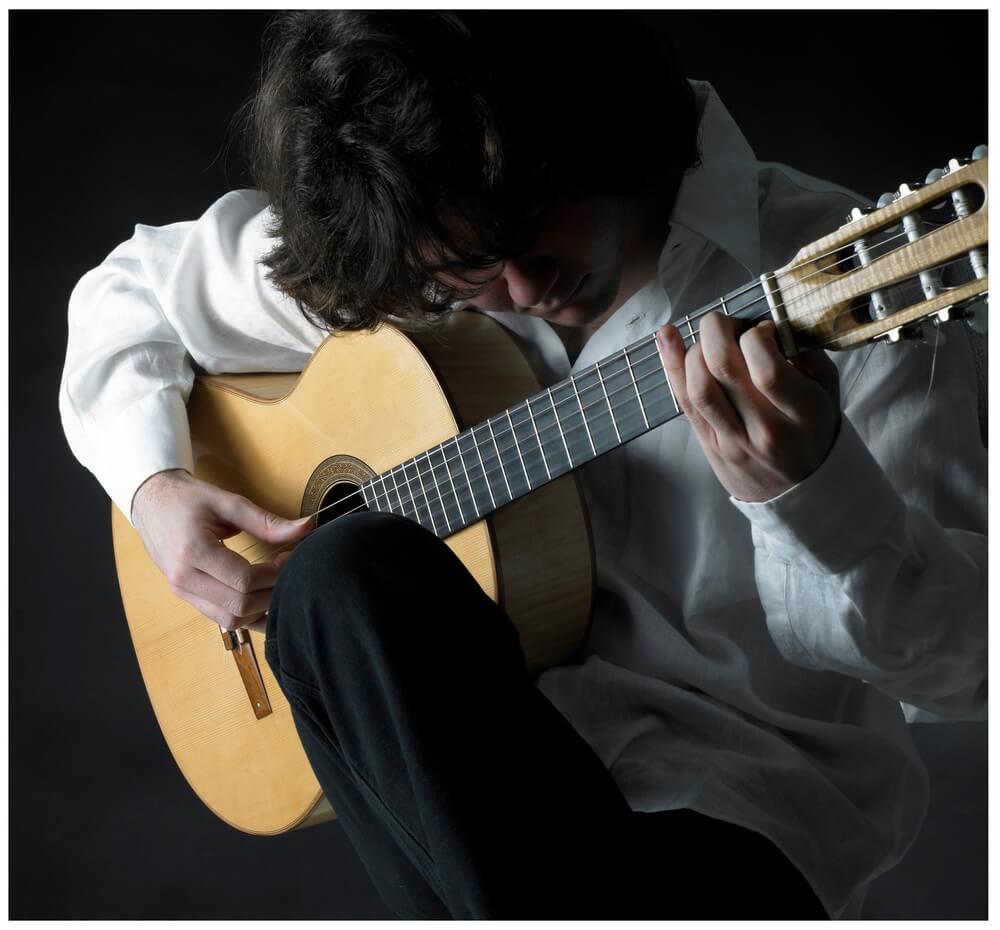 Guitarrista con buena postura para evitar lesiones