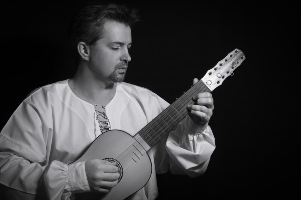 Hombre tocando la vihuela