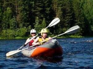 Principiantes en piragüismo viajan juntos en una canoa.