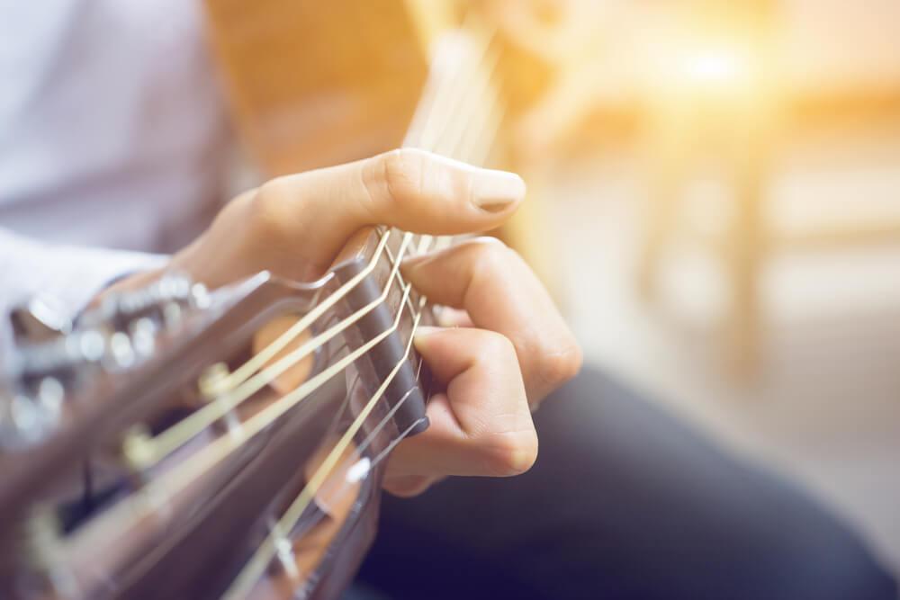 Chico tocando la guitarra acústica