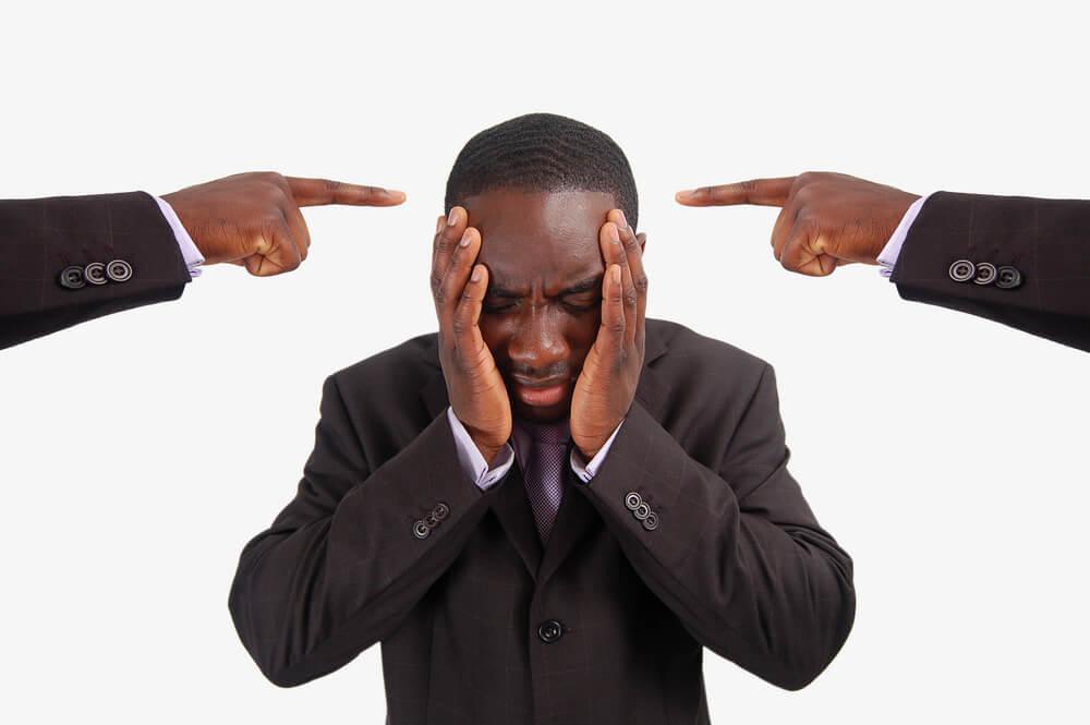 Hombre recibiendo críticas con miedo al qué dirán