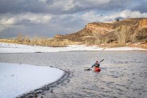 Deportista en kayak en invierno
