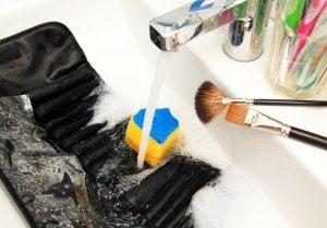 Modo de limpiar las brochas de maquillaje