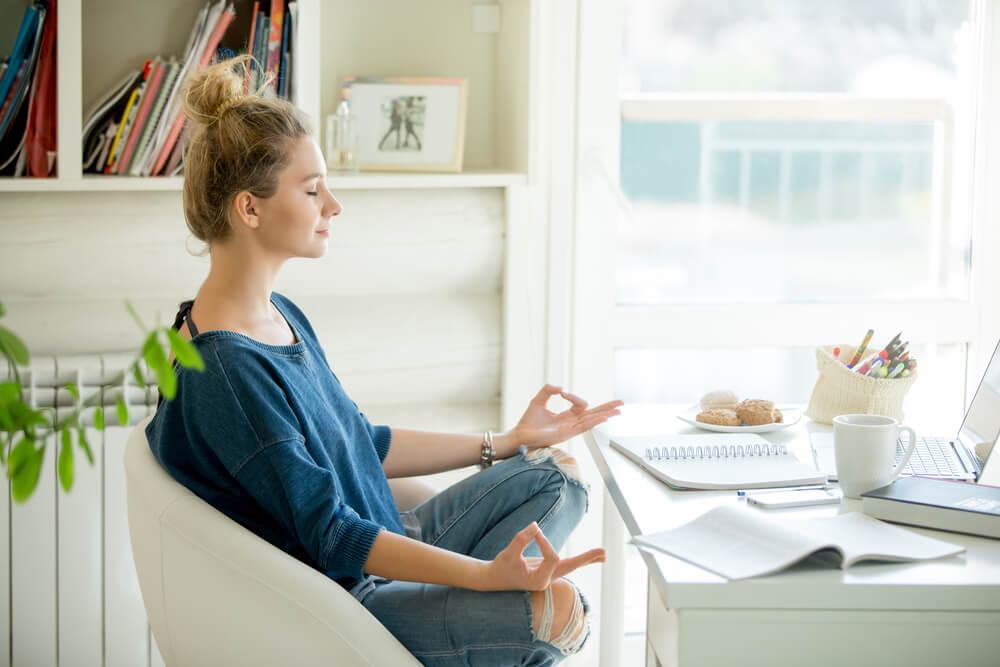 Mujer meditando para conseguir la relajación y el bienestar